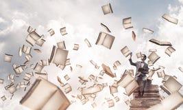 Il giovani uomo d'affari o studente che studiano la scienza e libri volano Immagini Stock