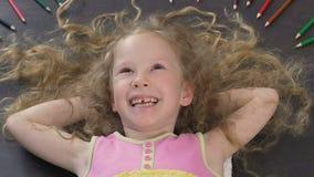 Il giovanotto adorabile con bei capelli lunghi non può fermare la risata, divertente video d archivio