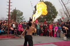 Artisti pieghi cinesi che eseguono il fuoco dello spruzzo Fotografie Stock Libere da Diritti