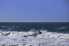 Il giro del surfista ondeggia al filo di Trebarwith in Cornovaglia, Inghilterra Fotografia Stock Libera da Diritti