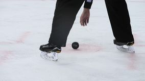 Il giudice dell'hockey della parte del movimento lento porta via il disco al gioco video d archivio