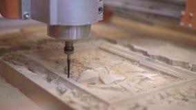 Il giunto cardanico sparato di lavoro della fresatura elettrica ha visto il taglio del legno video d archivio
