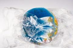 Il globo è tutto in plastica, il nostro consumo irresponsabile e eccessivo di plastica Fotografia Stock