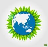 Il globo della terra con le foglie verdi dell'atmosfera su un fondo bianco Fotografia Stock