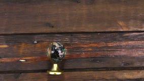 Il globo di vetro del ricordo si trova sulla tavola di legno Gru della macchina fotografica video d archivio