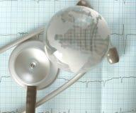 Il globo e lo stetoscopio di vetro sopra il ECG rintracciano, concetto di diagn Immagini Stock Libere da Diritti