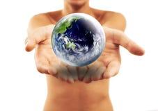 Il globo in mani Fotografia Stock Libera da Diritti