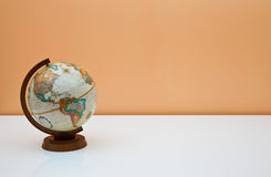 Il globo sullo scrittorio degli allievi Immagini Stock Libere da Diritti