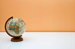 Il globo sullo scrittorio degli allievi Immagine Stock