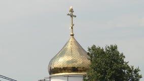 Il Golden Dome con l'incrocio della cattedrale ortodossa video d archivio