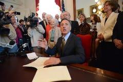Il governatore Peter Shumlin del Vermont (VT) firma la S 77 in legge Immagine Stock