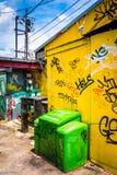 Il graffito etichetta sulla parete dell'le costruzioni in piccolo cinque punti, Immagini Stock