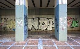 Il graffito su metallo riveste la parete di pannelli Fotografie Stock