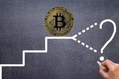 Il grafico che descrive crescita o caduta dei profitti di bitcoin fotografia stock libera da diritti