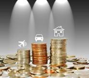 Il grafico crescente della pila della moneta dei soldi con l'automobile e la casa di viaggio dell'icona è Immagini Stock