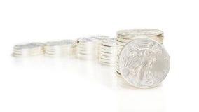 Il grafico crescente fatto delle monete d'argento e un'oncia argentano l'aquila Fotografia Stock