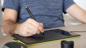 Il grafico disegna per un nuovo cliente che per mezzo di una compressa digitale archivi video