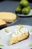 Il grafico a torta della calce chiave sul panno grigio con il grafico a torta e le calce dentro appoggiano fotografie stock libere da diritti