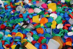 Il gran numero di plastica variopinta imbottiglia le cime Immagini Stock Libere da Diritti