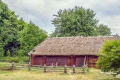 Il granaio di legno ucraino ha ricoperto di paglia alto bloccato Fotografia Stock