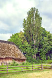 Il granaio di legno ucraino ha ricoperto di paglia alto bloccato Fotografia Stock Libera da Diritti