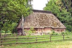 Il granaio di legno ucraino ha ricoperto di paglia il uph bloccato Immagine Stock