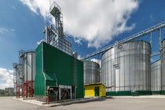Il granaio moderno Grande silos d'acciaio per la conservazione del grano Fotografia Stock