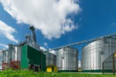 Il granaio moderno Grande silos d'acciaio per la conservazione del grano Immagini Stock