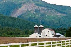Il granaio Nestled in montagne boscose Fotografia Stock Libera da Diritti