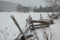 Il granaio rustico e recinta l'inverno Immagini Stock Libere da Diritti