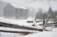 Il granaio rustico e recinta l'inverno Fotografia Stock Libera da Diritti