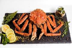 Il granchio di Kamchatka si trova su un piatto con le spezie fotografia stock