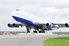 Il grande aeroplano del passeggero decolla all'aeroporto. Fotografia Stock