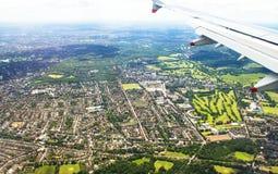 Il grande aeroplano comincia a diminuire e prepara per l'atterraggio nell'aeroporto di Heathrow Londra Il Regno Unito Fotografia Stock Libera da Diritti
