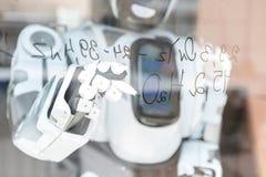 Il grande androide sta funzionando con la concentrazione Fotografie Stock
