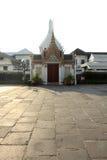 Il grande arco del palazzo a Bangkok, Tailandia il giorno nuvoloso fotografia stock libera da diritti
