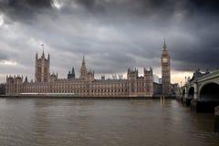 Il grande Ben con un cielo nuvoloso drammatico Fotografia Stock