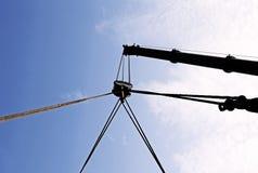 Il grande braccio idraulico di una gru potente per il sollevamento carica Immagini Stock Libere da Diritti