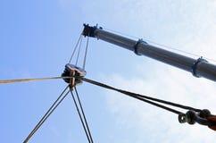 Il grande braccio idraulico di una gru potente per il sollevamento carica Immagine Stock