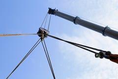 Il grande braccio idraulico di una gru potente per il sollevamento carica Fotografia Stock Libera da Diritti