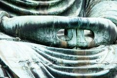 Il grande Buddha (Daibutsu) sulla base del tempio di Kotokuin a Kamakura, Giappone Immagine Stock
