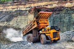 Il grande caricatore di estrazione mineraria scarica il minerale metallifero o la roccia estratto Immagine Stock
