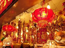 Il grande deposito vende le decorazioni cinesi del nuovo anno Fotografia Stock Libera da Diritti