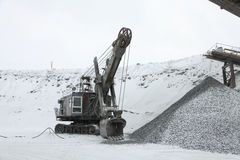 Il grande escavatore per caricare il minerale di ferro schiacciato, pietra schiacciata, oscilla Fotografia Stock Libera da Diritti