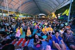 Il grande gruppo di dimostranti si siede in grande tenda Fotografia Stock Libera da Diritti