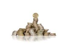 Il grande gruppo di mucchi curvi delle monete con Coreano ha vinto sulla cima Immagini Stock