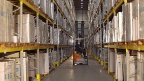 Il grande magazzino moderno, carrello elevatore trasporta la scatola Flusso di lavoro in un magazzino con le scatole stock footage
