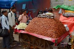 Il grande mucchio dei datteri secchi fruttifica sulla via Fotografie Stock
