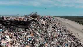Il grande mucchio e l'inquinamento dell'immondizia della montagna, accatastano di puzzo e di residuo tossico, questo immondizia p video d archivio