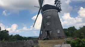 Il grande mulino a vento olandese sull'isola di Usedom, Germania archivi video
